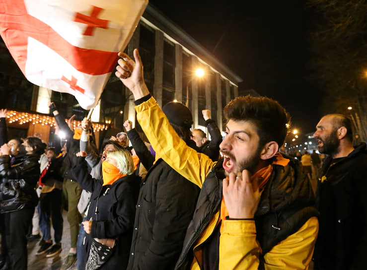 1 апреля в Тбилиси прошла акция протеста против прибытия в Грузию российского журналиста Владимира Познера, который приехал туда отметить свой день рождения. Демонстранты утверждали, что он не признает территориальную целостность Грузии. Произошли столкновения с полицией. Господину Познеру пришлось улететь из Тбилиси раньше запланированного срока