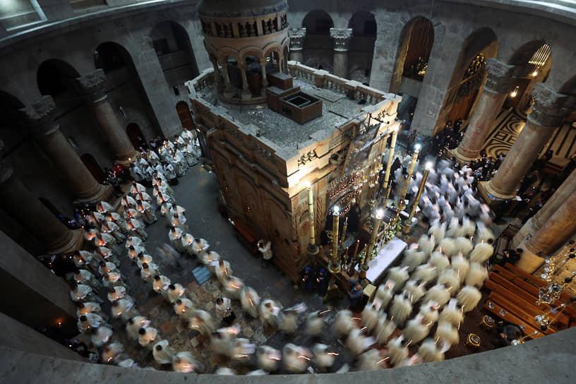 Иерусалим, Израиль. Верующие католики в храме Гроба Господня