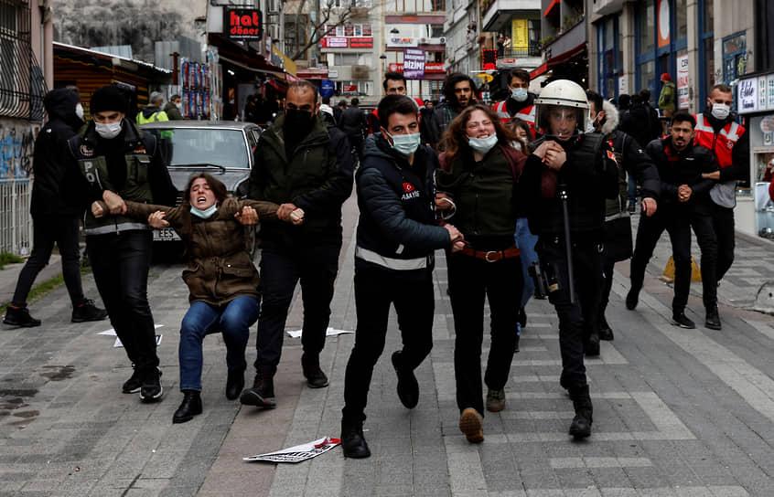 Стамбул, Турция. Полицейские задерживают протестующих