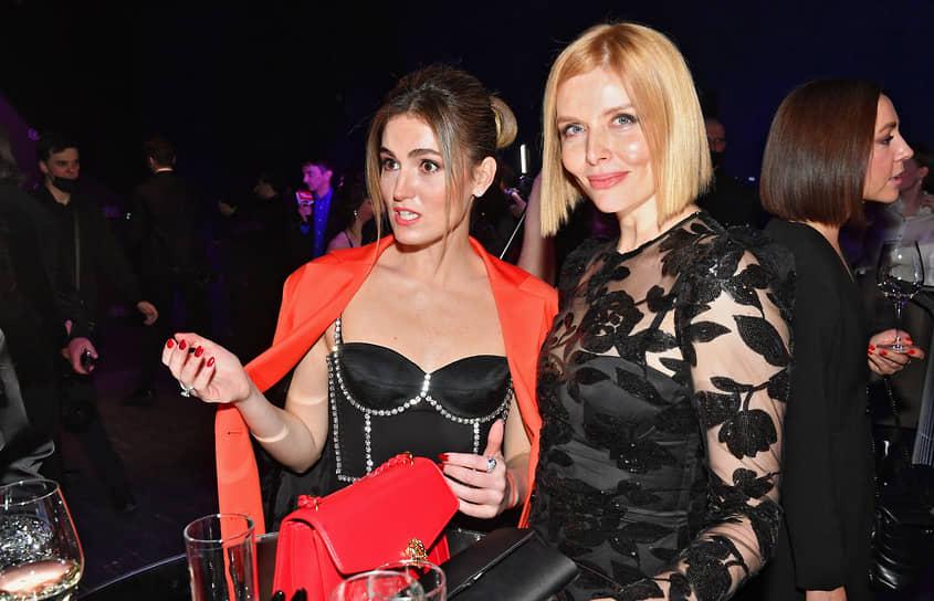 Актрисы Рената Пиотровски (слева) и Анна Чурина во время церемонии вручения ежегодной премии GQ Super Women в театре «Школа современной пьесы»