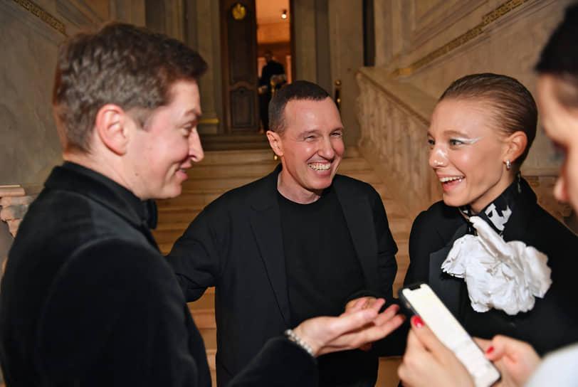 Слева направо: главный редактор журнала GQ Игорь Гаранин, актер, телеведущий Игорь Верник и актриса Алена Михайлова во время церемонии вручения ежегодной премии GQ Super Women в театре «Школа современной пьесы»