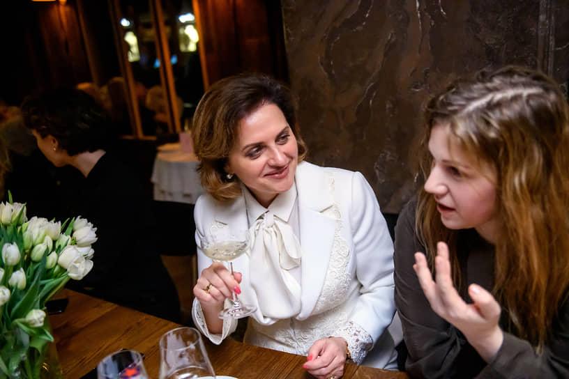 Основательница Бюро юридических стратегий Legal to Business Светлана Гузь (слева) и главный редактор «Собака.ру» Яна Милорадовская во время ужина в честь лауреатов премии «Женщины меняют Петербург» в ресторане Salone Pasta & bar