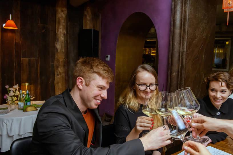 Слева направо: главный редактор сайта «Собака.ru» Михаил Стацюк, директор по продукту ВКонтакте Марина Краснова и журналист Евгения Милова во время ужина в честь лауреатов премии «Женщины меняют Петербург» в ресторане Salone Pasta & bar
