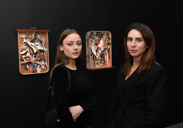 Актрисы Ингрид Олеринская (слева) и Кристина Шаповалова на вечере патронов искусства для объявления победителя ежегодного конкурса Ruinart Art Patron в галерее Ruarts