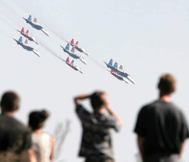Изначально «Русские витязи» летали на истребителях Су-27 (на фото). В 2016 году группа начала выступать на Су-30СМ. В 2019-2020 годах экипажи группы пересели на Су-35С