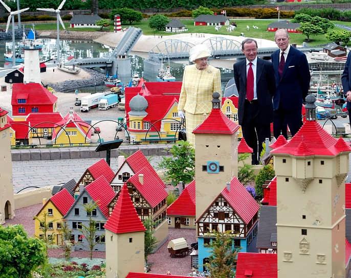 В 1979 году главой Lego стал сын Готфрида Кьелль Кристиансен, которого отец готовил к руководству компанией с раннего возраста<br> На фото: Кьелль Кристиансен (в центре) с британской королевой Елизаветой II и ее супругом герцогом Эдинбургским Филиппом в Леголенде
