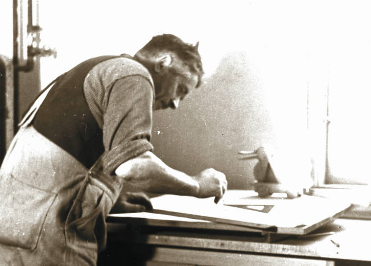 Бизнес компании в 1930-х годах развивался тяжело из-за последствий Великой депрессии. А в 1940-х покупатели не сразу приняли частичный отказ от деревянных игрушек в пользу пластмассовых, однако Оле Кирк Кристиансен был уверен в перспективности решения