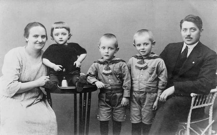 Оле Кристиансен был женат на норвежке Кирстин Серенсен. В браке у них родились четверо сыновей — Йоханнес, Карл Георг, Герхард, Готфрид, который впоследствии продолжил дело отца. В 1932 году Оле Кристиансен стал вдовцом<br> На фото: семья Кристиансен, 1920-е годы