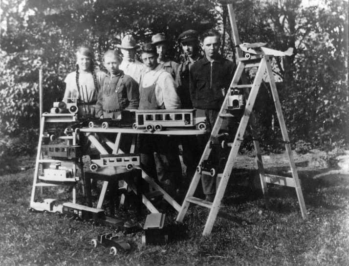 В 1932 году предприниматель занялся изготовлением и продажей деревянных игрушек, а в 1935-м компания получила название Lego