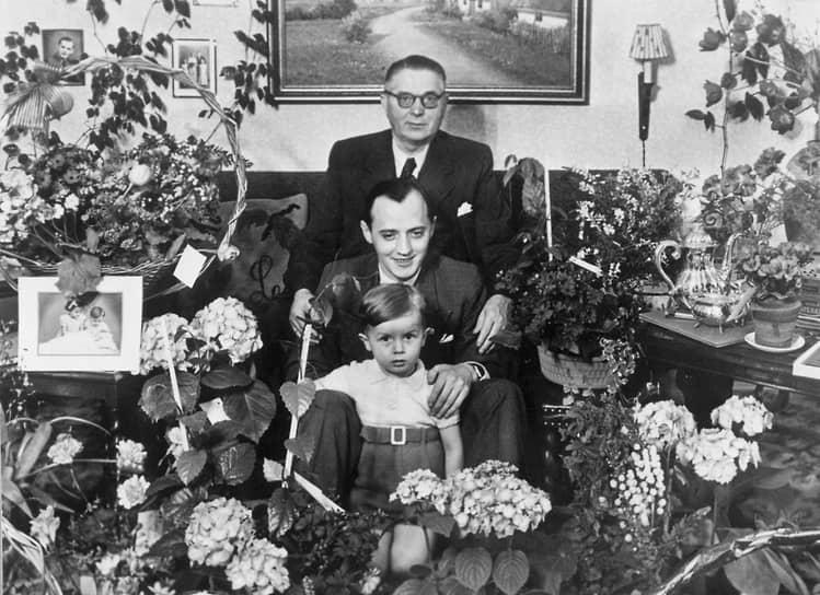 Готфрид Кирк Кристиансен (на фото в центре) — третий сын Оле Кирка — работал вместе с отцом начиная с 12 лет. В 1950 году он стал младшим вице-президентом компании, а в 1957-м возглавил ее. Под его руководством фирма запустила в продажу наборы Lego System, с тех пор все элементы конструктора стали совместимы друг с другом. Это стало прорывом, во второй половине 1950-х Lego начала экспансию в Европу