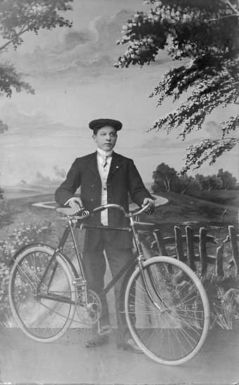 Оле Кирк Кристиансен родился 7 апреля 1891 года в селе Филсков на западе Дании. Он был десятым ребенком в бедной семье фермеров, в юности работал плотником в Германии и Норвегии. В 1916 году он вернулся в Данию и открыл собственный столярный цех на накопленные сбережения