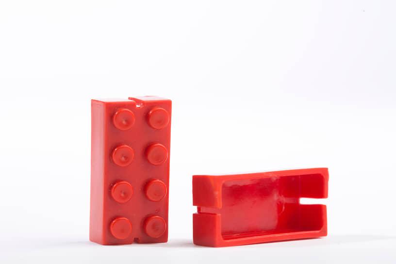В 1947 году Lego начала производить пластмассовые кубики, которые можно соединять друг с другом. Фирменные самозащелкивающиеся кубики были запатентованы компанией позже — в 1958 году<br> На фото: кубик образца 1949 года