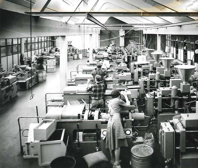 В начале 1950-х Lego работала еще только в Дании, под ее брендом выпускалось более 200 игрушек, а годовая выручка достигала полумиллиона крон (по тем временам — около $70 тыс.)
