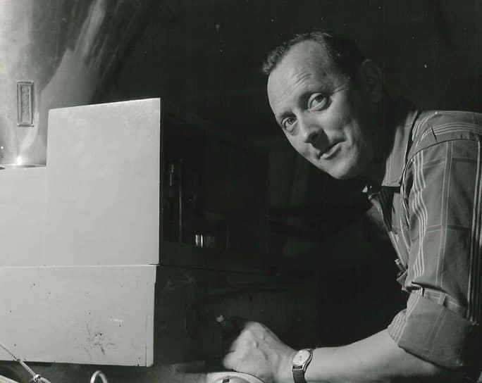 В 1962 году Карл Георг Кристиансен (на фото) вместе с братом Герхардом основали производителя детских деревянных конструкторов Bilofix (с 1966 года — Bilotoy). Компания работала в основном на североевропейском рынке и не завоевала такой широкой популярности, как Lego