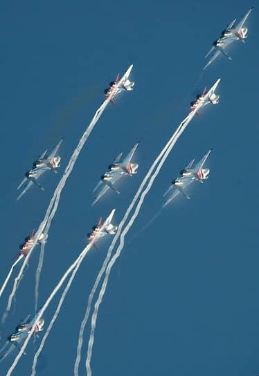 «Русские витязи» — единственная пилотажная команда в мире, которая выступает на самолетах класса «тяжелый истребитель»<br> На фото: совместное выступление групп «Стрижи» и «Русские витязи» на мероприятиях в честь 100-летия российских ВВС