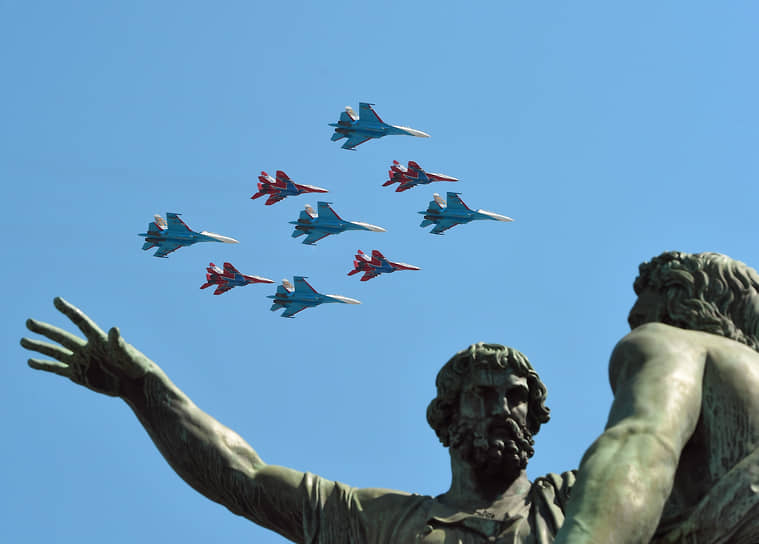 Постоянный элемент шоу «Русских витязей» — совместное со «Стрижами» выполнение комплекса фигур высшего пилотажа в строю «ромб» из девяти самолетов. Элемент получил название «кубинский бриллиант»  <br>На фото: Су-27 «Русских витязей» и МиГ-29 «Стрижей» над Красной площадью на параде Победы