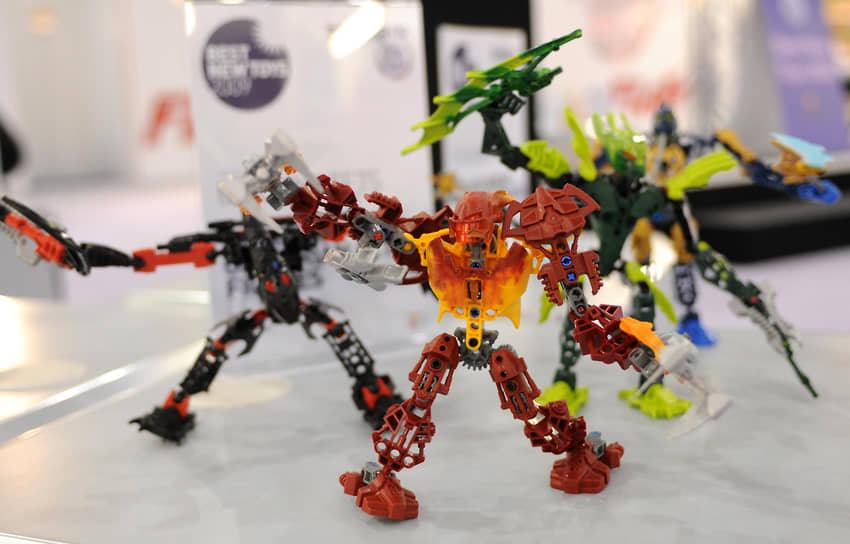 К началу 1990-х Lego находилась в десятке крупнейших производителей игрушек в мире, но с наступлением эры компьютерных игр и успехами новых игроков компания начала терять позиции. В 1998 году компания сообщила о рекордных убытках в $48 млн. Отвоевать положение Lego удалось в том числе благодаря запуску новых подростковых линеек, роботизированных конструкторов