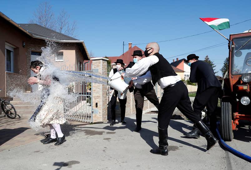 Дьёр-Менфёчанак, Венгрия. Артисты поливают женщину водой во время празднования католической Пасхи