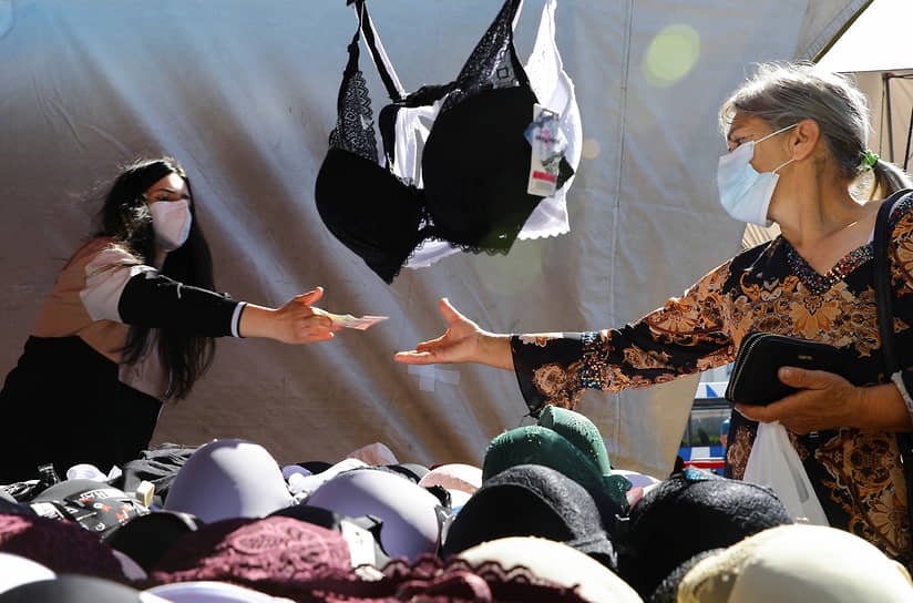 Эшпинью, Португалия. Женщина покупает вещи на рынке
