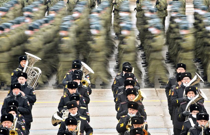 Московская область, Россия. Военнослужащие во время репетиции парада Победы на полигоне «Алабино»