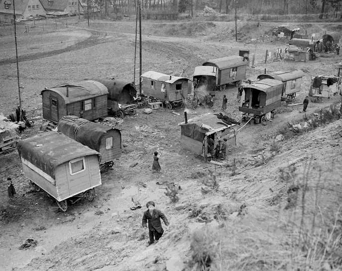 По данным историков, в результате геноцида в Польше было уничтожено около 70% цыганского населения. Более 90% цыган были уничтожены в Хорватии и Эстонии<br> На фото: зимняя стоянка цыган у немецкого Марбурга в 1947 году