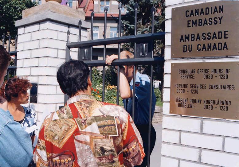 На фото: цыгане у посольства Канады в Праге ожидают приема по вопросам эмиграции