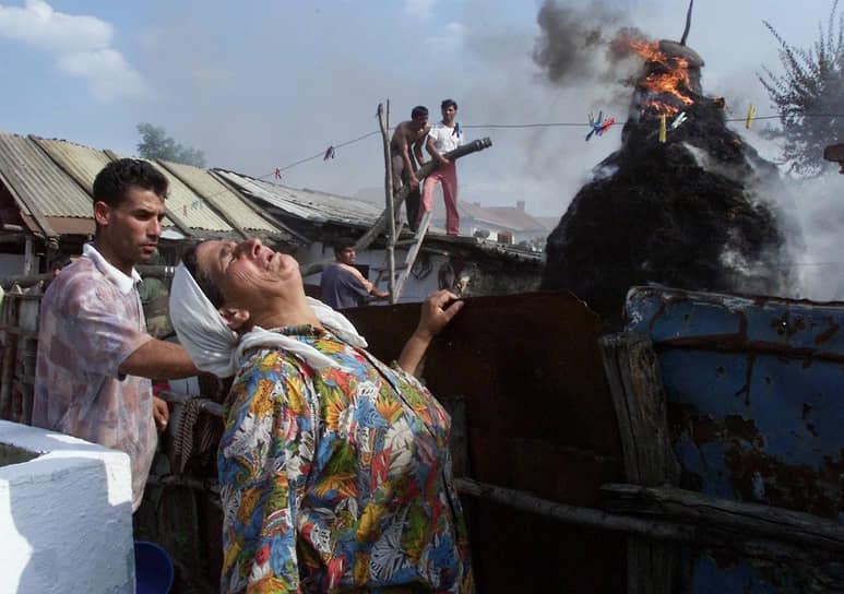 В ходе боевых действий в Косово в конце 1990-х албанское население массово обвиняло цыган в сотрудничестве с сербами<br> На фото: подожженный цыганский дом в городе Дьяковица на юге Косово в июле 1999 года