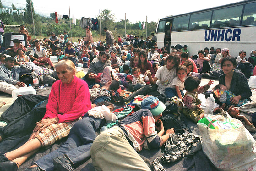 На фото: цыганские беженцы из Косово ждут разрешения въехать в Македонию в районе границы в сентябре 1999 года