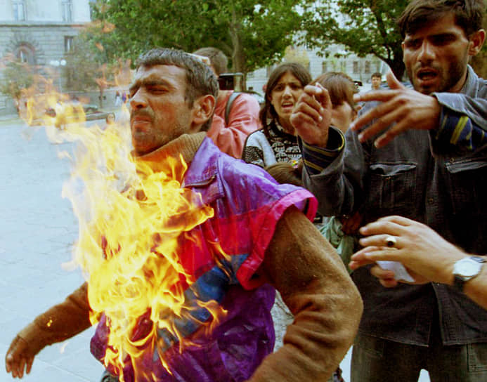 В Болгарии после падения социалистического строя цыганская община оказалась в глубоком кризисе. В середине 1990-х безработица среди цыган превышала 75%. В 2009 году болгарский премьер Бойко Борисов называл их «плохим человеческим материалом» <br>На фото: мужчина поджег себя у администрации президента Болгарии в 2002 году для привлечения внимания к тяжелому положению цыган