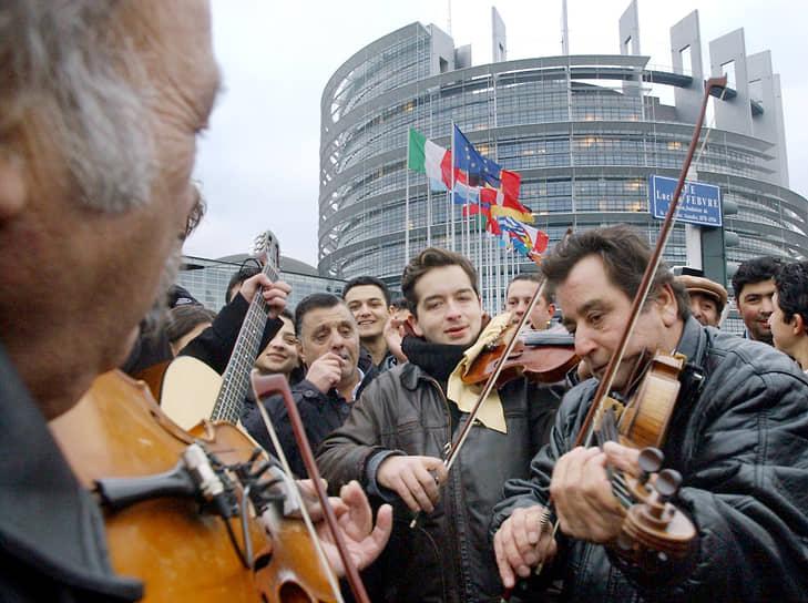 В 2005 году Европарламент начал использовать термин «антицыганизм» (antigypsyism) в официальных документах<br> На фото: цыгане на демонстрации у здания Европарламента в Страсбурге