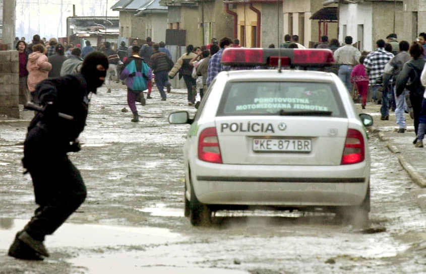 В ежегодном докладе агентства Евросоюза по защите прав человека за 2010 год указано, что почти пятая часть цыган становятся жертвами инцидентов на расовой почве не реже раза в год. Всего в мире насчитывается около 10 млн цыган<br> На фото: полиция гонится за группой цыганских демонстрантов у города Требишов в Словакии