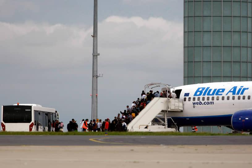 В 2010 году правительство Франции начало массовые депортации румынских цыган из страны (на фото). Власти объяснили свои действия возросшим числом преступлений, совершаемых цыганами. Всего были депортированы более тысячи человек