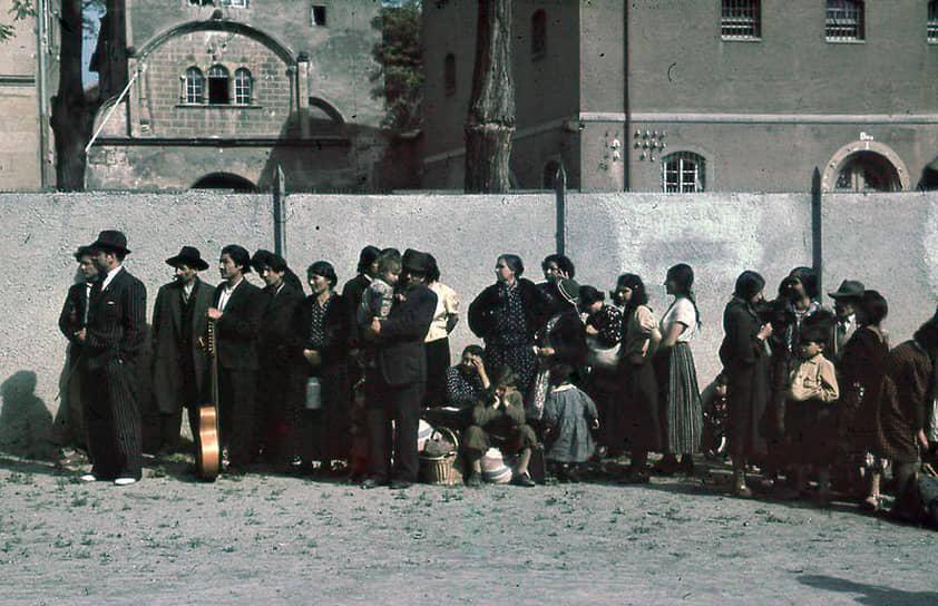 В 1935-1945 годах в Германии, странах—союзниках Третьего рейха и на оккупированных нацистами территориях был организован геноцид цыган<br> На фото: депортация цыган из Германии в 1940 году