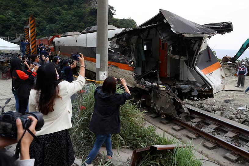 Уезд Хуалянь, Тайвань. Вагон поезда, извлеченный из тоннеля после аварии