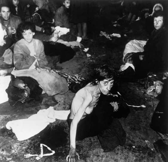 По разным оценкам, количество жертв геноцида составило от 200 тыс. до 1,5 млн человек <br>На фото: освобождение цыган британскими войсками из концентрационного лагеря в 1945 году