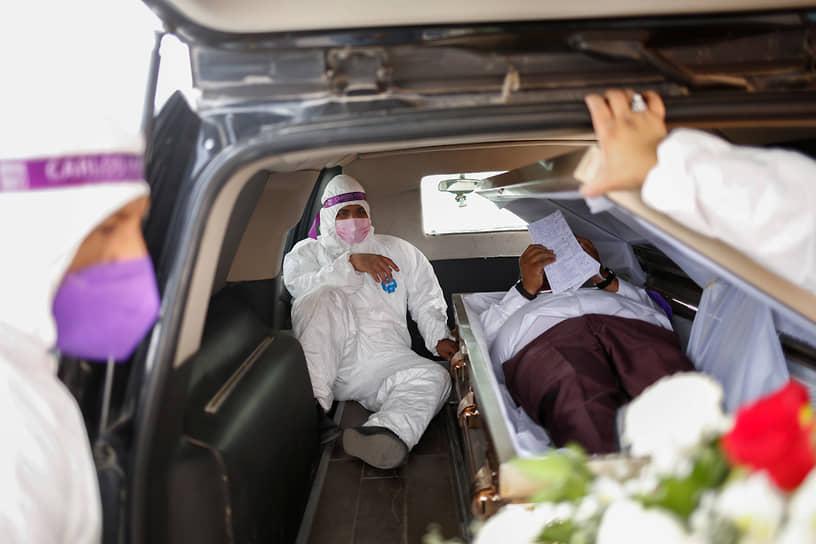 Сьюдад-Хуарес, Мексика. Политик Карлос Майорга лежит в гробу в рамках своей кампании «Если я вас подведу, пусть меня похоронят заживо»