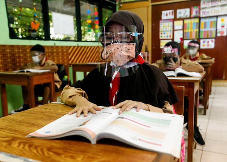 Джакарта, Индонезия. Ученики младших классов вернулись к занятиям в школе на фоне пандемии коронавируса