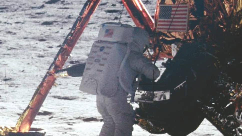 В программе телеканала CBS «Face the Nation» 17 августа 1969 года Уолтер Кронкайт спросил Нила Армстронга, почувствовал ли тот себя ближе к Богу, стоя на поверхности Луны. Ответ астронавта: «Знаешь, Уолтер, иногда человеку просто хочется выкурить хорошую сигару»