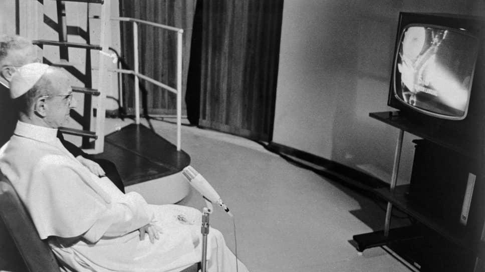 «Человек, творение Божье, даже более, чем загадочная Луна, раскрывает себя в центре этого предприятия. Он проявляет себя гигантом, проявляет себя божественным, но не из-за самого себя, а в силу своего начала и предназначения. Честь человеку, честь его достоинству, его духу, его жизни» (папа римский Павел VI). На фото: Павел VI наблюдает по телевизору за высадкой астронавтов на Луну