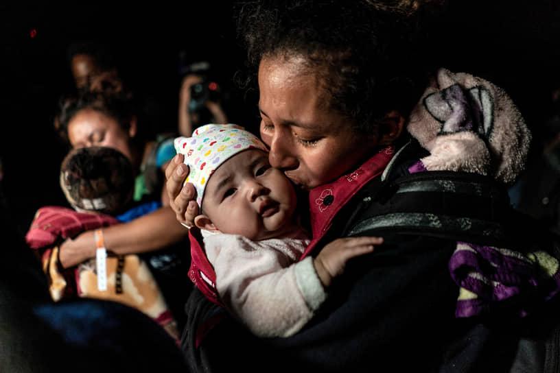 Рома, штат Техас, США. Гватемальская беженка с ребенком после перехода американо-мексиканской границы