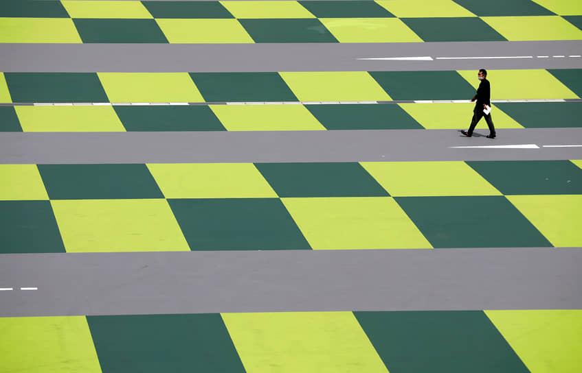 Токио, Япония. Мужчина на парковке торгового центра