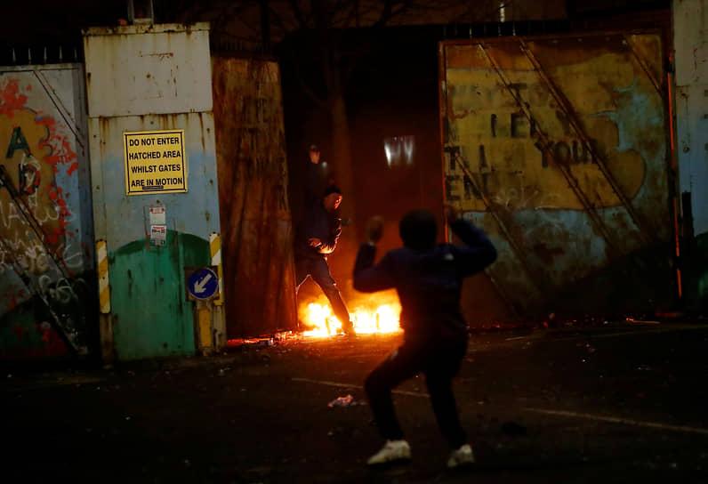 Белфаст, Северная Ирландия, Великобритания. Столкновения протестующих с полицией