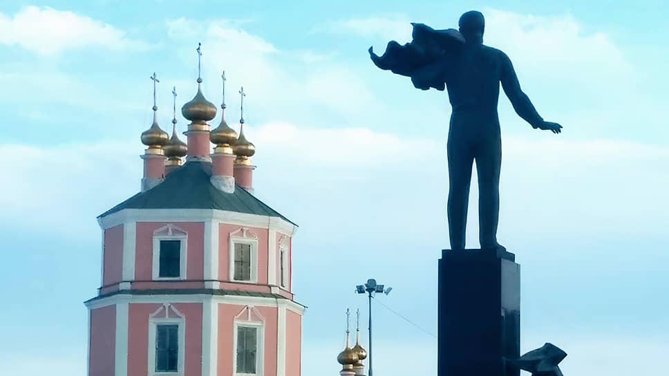 Построенный в конце XVIIII века храм Казанской иконы Пресвятой Богородицы на центральной площади города Гагарина (бывший Гжатск) при жизни Юрия Гагарина был закрыт и разграблен. В 1980 году отреставрирован, после чего использовался как выставочный зал. Возвращен церкви в 1992 году