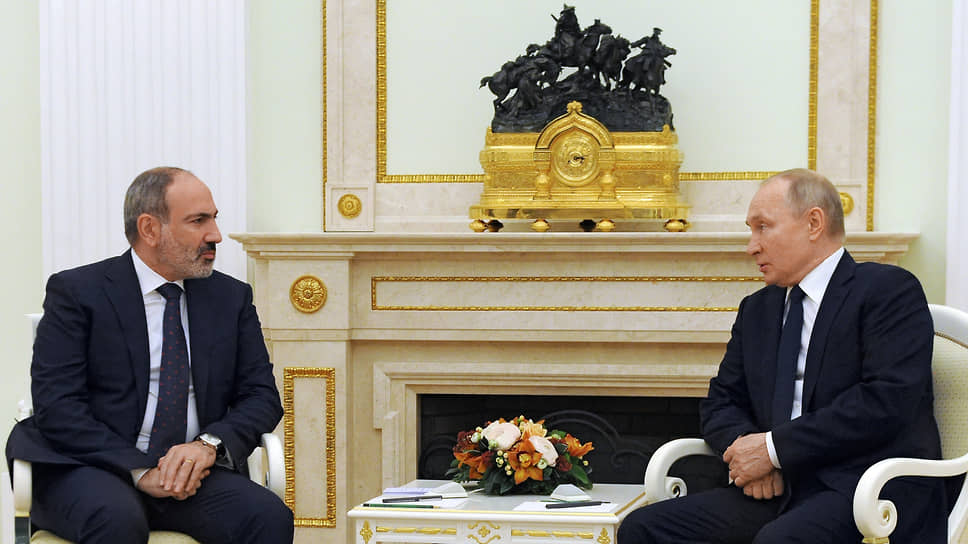 Премьер-министр Армении Никол Пашинян (справа) и президент России Владимир Путин
