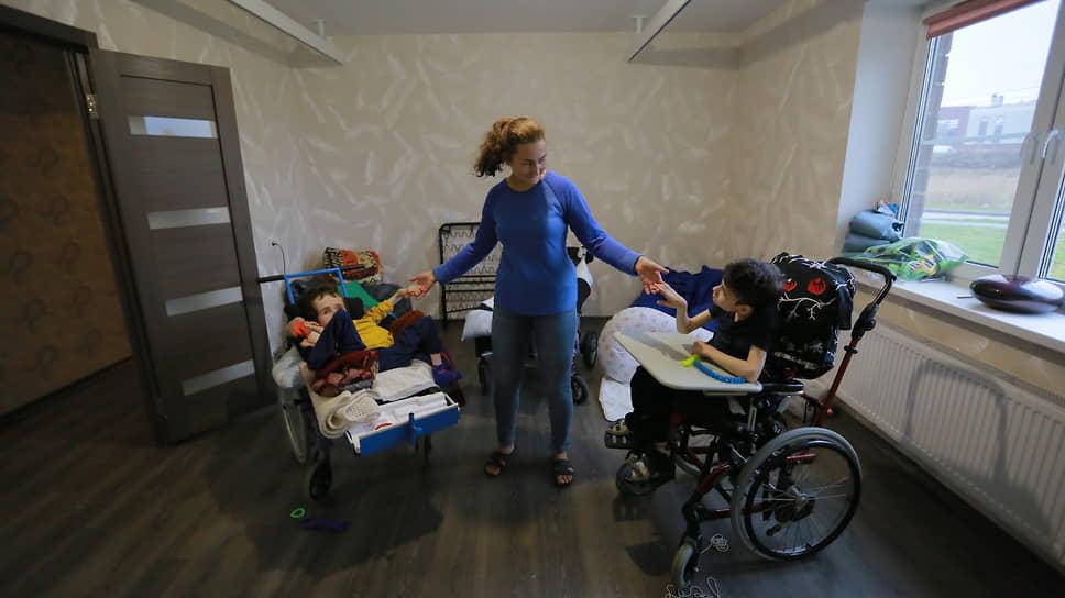 Проект «Дом навсегда» — это квартиры, где люди с тяжелой инвалидностью живут в сопровождении специалистов. Еще недавно их домом был интернат, но в начале пандемии благотворительная организация «Перспективы» забрала их оттуда и нашла им дом