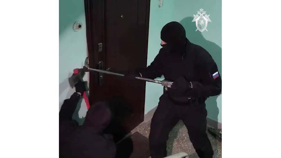 Сотрудники правоохранительных органов проводят обыск квартиры в Москве, где действовал центр «Свидетелей Иеговы», 2020 год