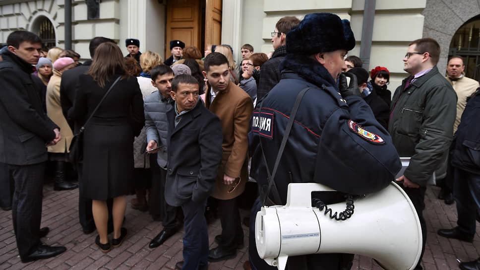 Участники пикета у здания Верховного суда, где проходило заседание по иску Министерства юстиции о ликвидации всех организаций и молитвенных помещений «Свидетелей Иеговы» в России, 2017 год