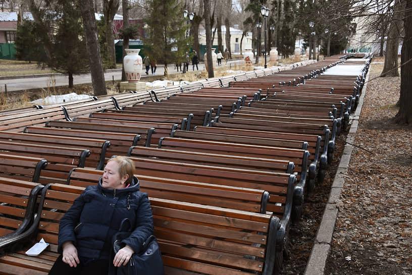 Москва. Скамейки в парке