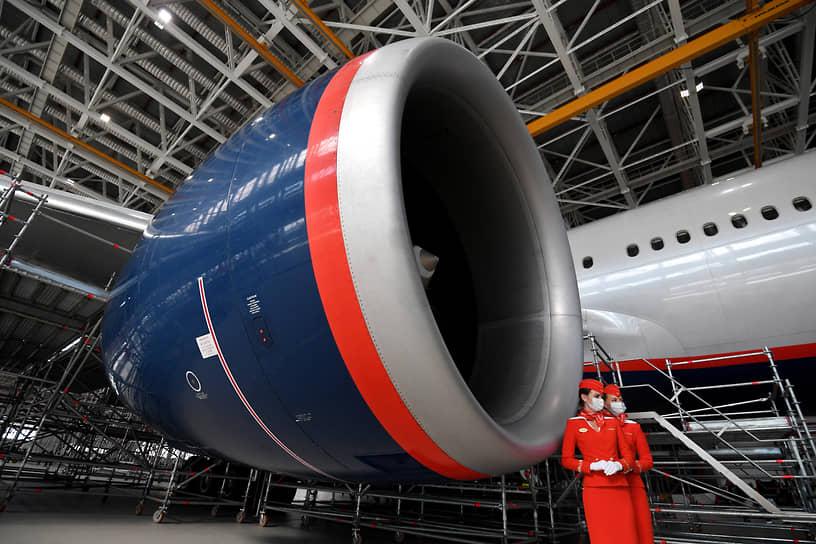 Москва. Самолет и стюардессы компании «Аэрофлот» в новом ангаре в аэропорту Шереметьево