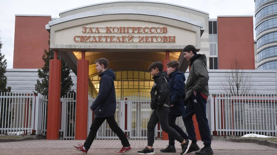 Центр «Свидетелей Иеговы» на Коломяжском проспекте в Санкт-Петербурге был построен в 1999 году по проекту финского архитектора Хелениоса Осмо Илмари